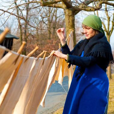 Historische Hausfrauenarbeit: Wäsche aufhängen