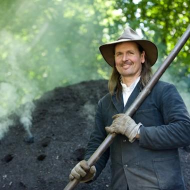 Köhler vor dem schwelenden Kohlenmeiler