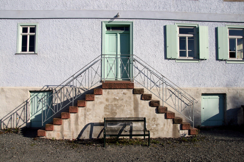 Haus treppe haus t treppe stein auf stein die neue for Modernes haus treppe