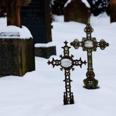 Friedhofskreuze im Schnee