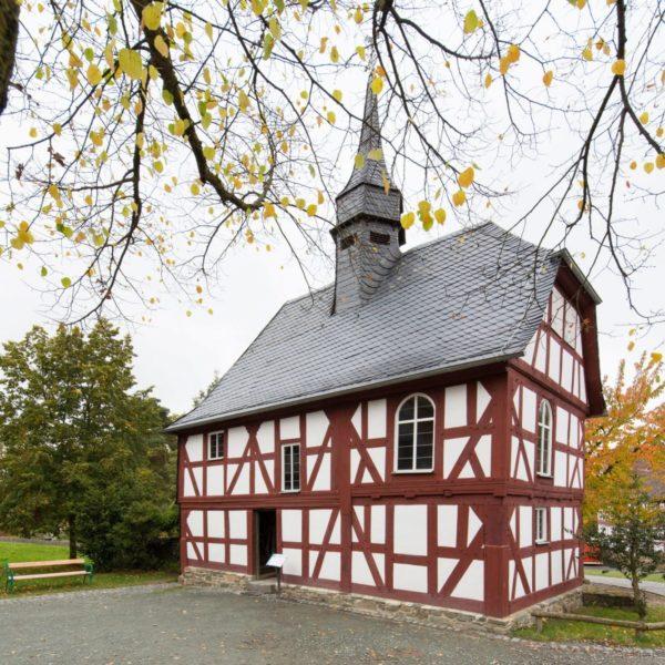 Kirche aus Niederhörlen im Herbst