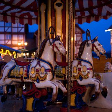 Karussellpferde im Abendlicht auf dem Adventsmarkt