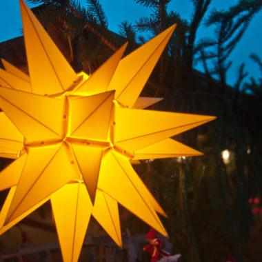 Gelber Leuchtstern auf dem Adventsmarkt