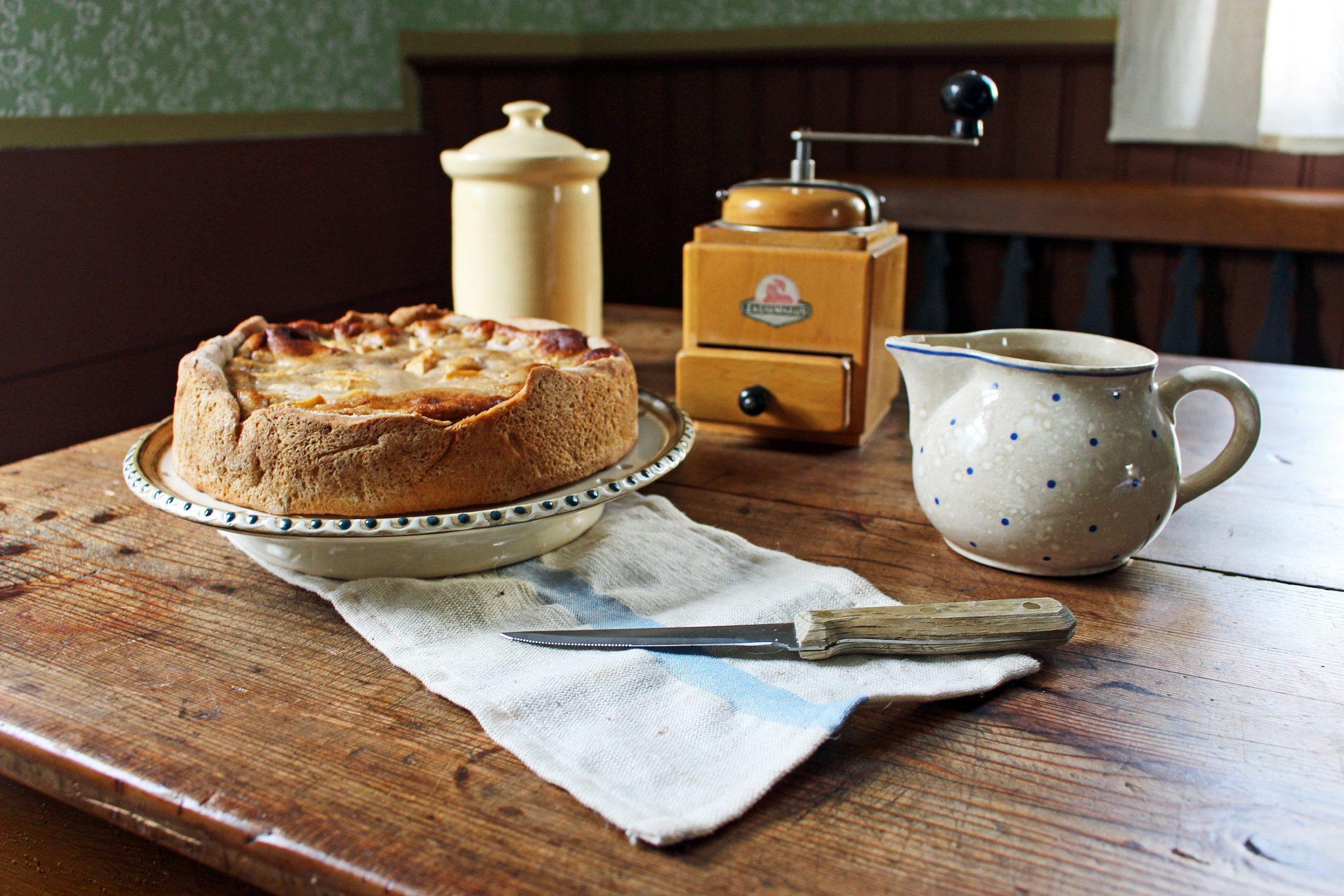 Apfelkuchen auf dem Tisch im Haus aus Eisemroth