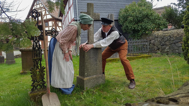 Das Ehepaar Orth begegnet sich auf dem Kirchhof.
