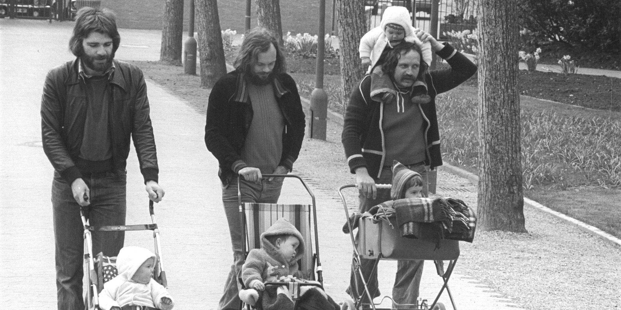 Schwarz-weiß Fotografie von Barbara Klemm: Drei Männer mit Buggys und Kinderwagen (Frankfurt 1979)