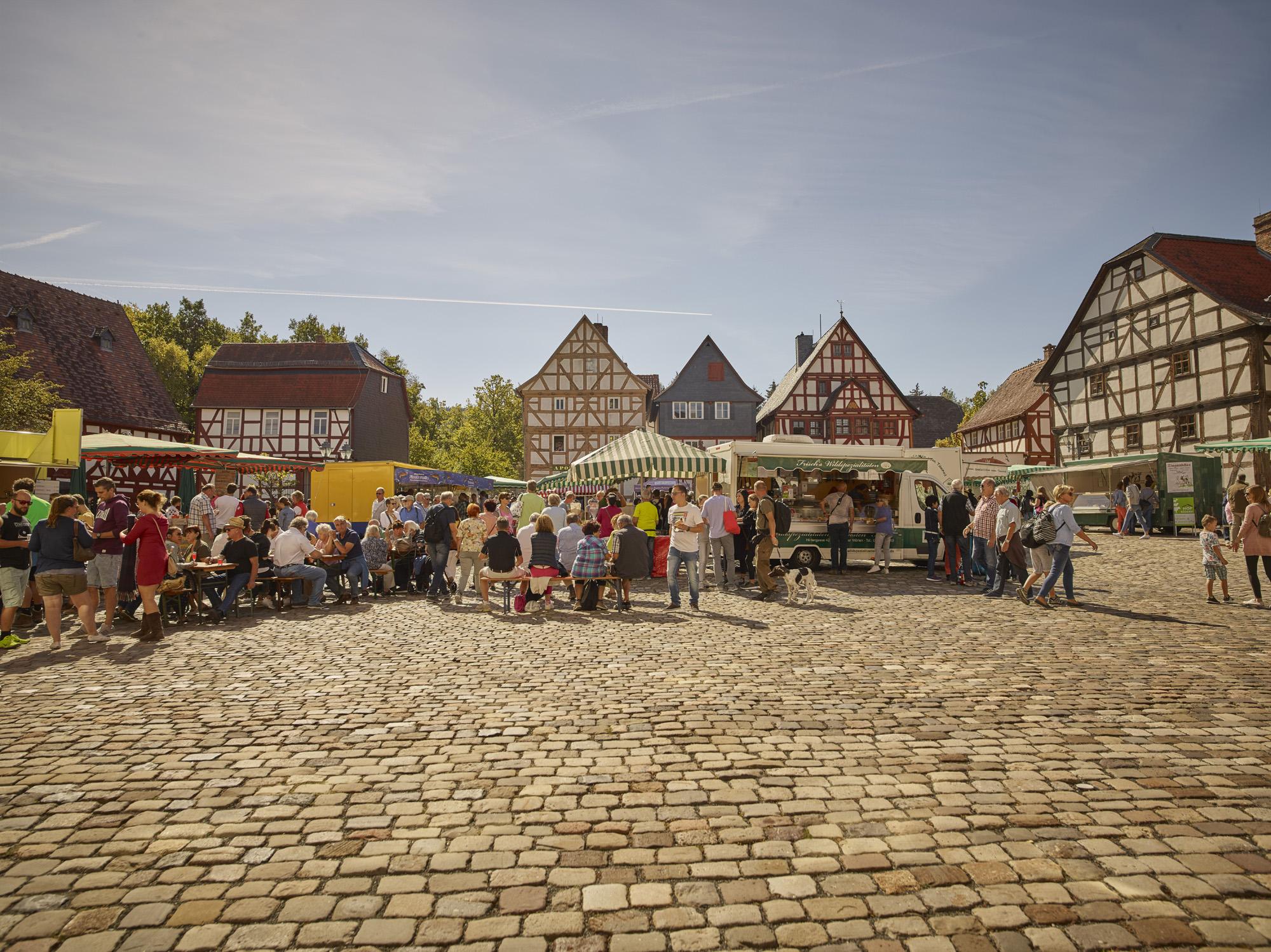 Bauernmarkt auf dem Marktplatz des Freilichtmuseums