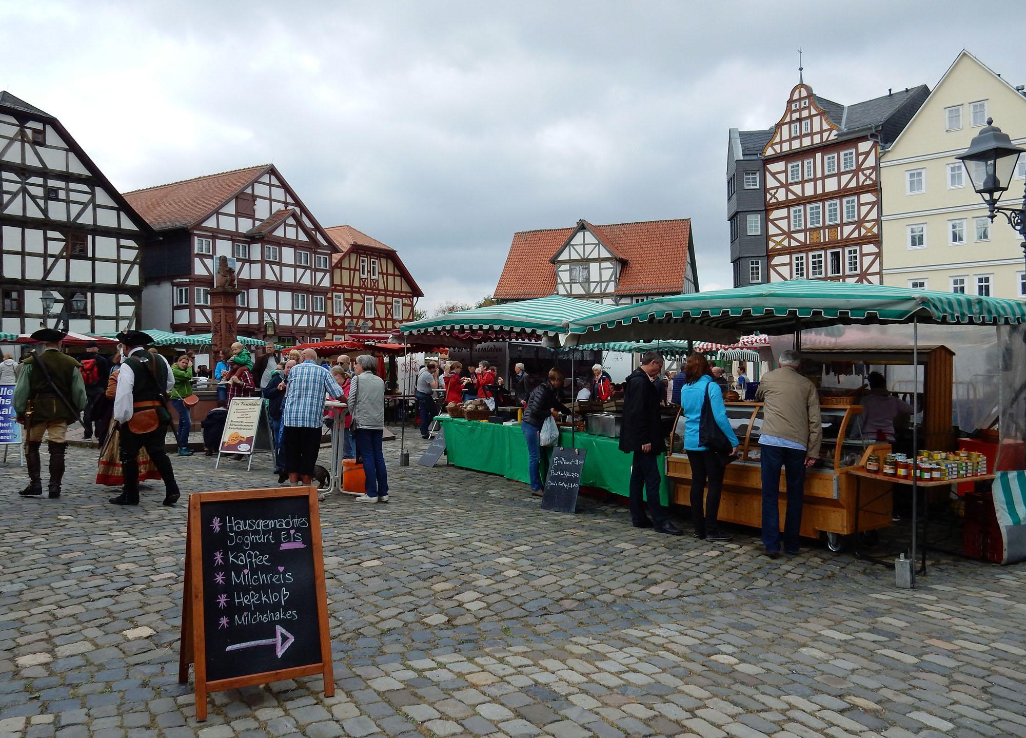 Besucher beim Einkaufen und Flanieren auf dem Bauernmarkt im Hessenpark