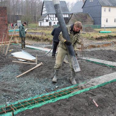 Betongießen auf der Baustelle der Gärtnerei aus Rechtenbach