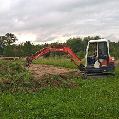 Bagger beim Graben des Fundaments