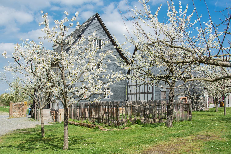 Das Haus aus Eisemroth im Frühling