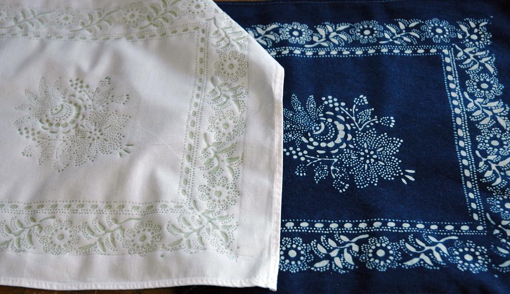 Ein weißes und ein blaugefärbtes Leinentuch