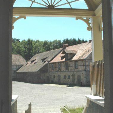 Blick auf die Hofanlage aus dem Gutshaus aus Solms