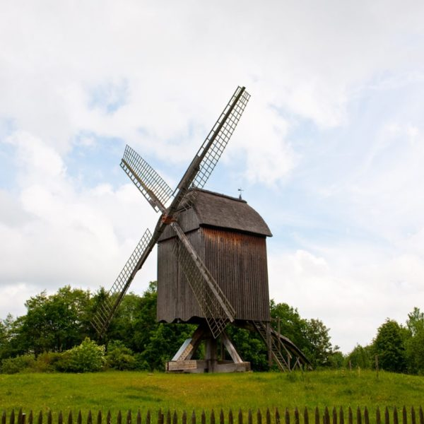 Bockwindmühle von der Papenhorst auf einer grünen Wiese