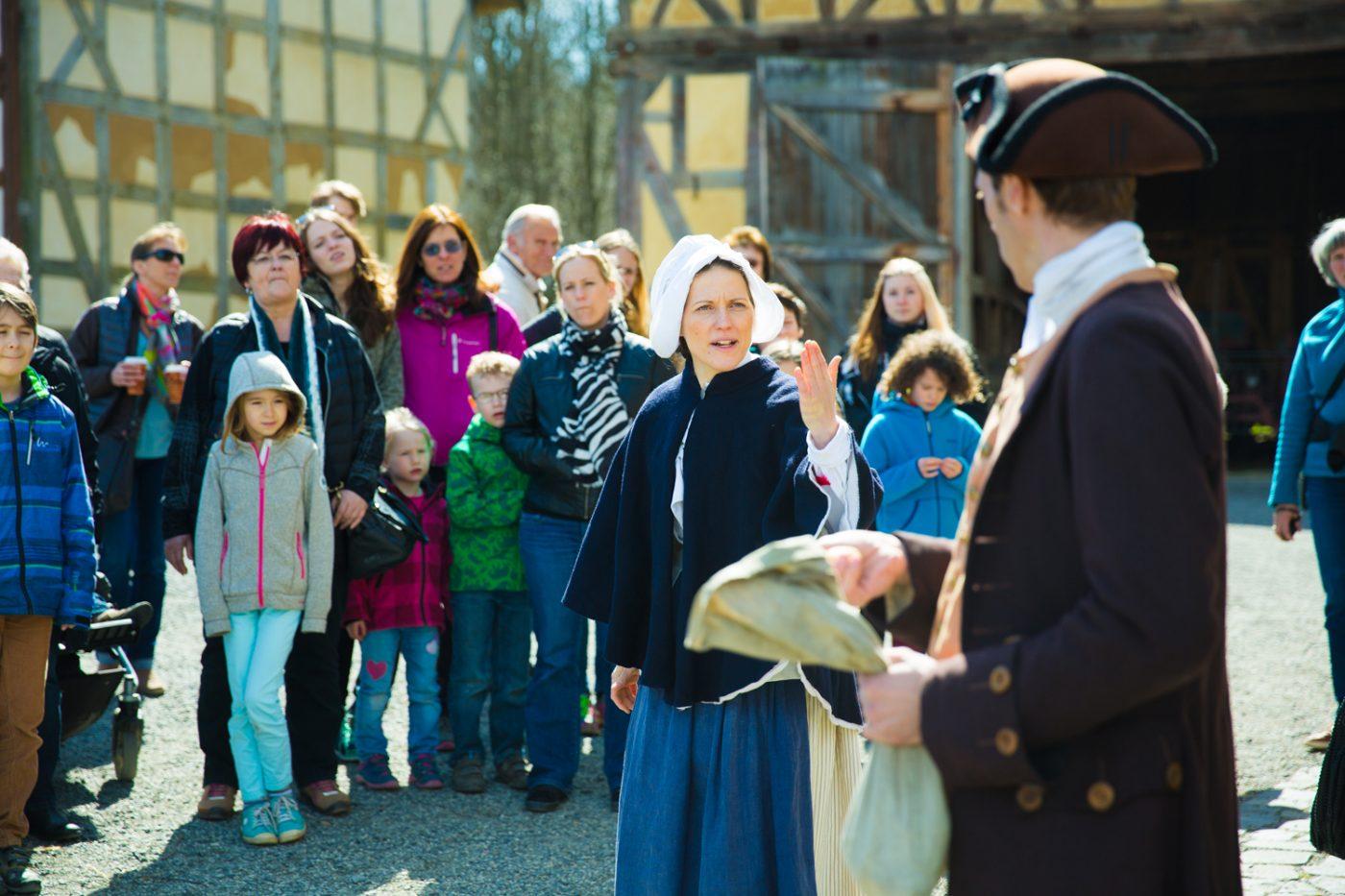 Besucher, die an einer Schauspielführung teilnehmen