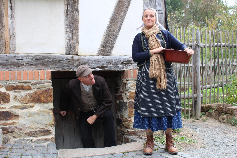 Carl und Auguste Bleibtreu vor dem Haus aus Eisemroth