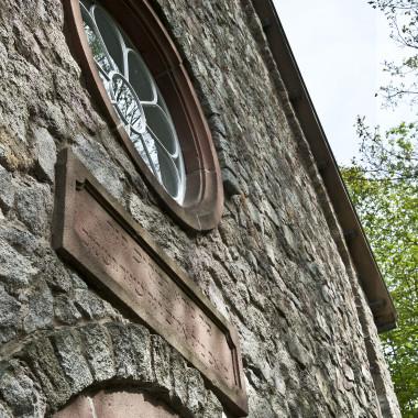 Detailaufnahme der Synagoge aus Groß-Umstadt. Zu sehen ist das runde Fenster über dem Eingang.