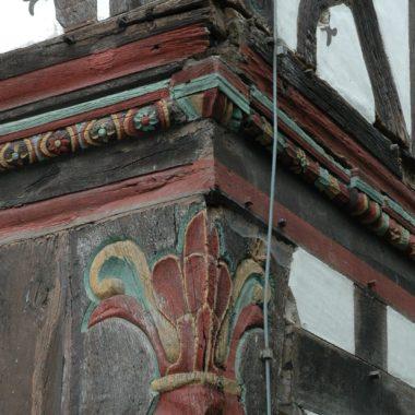 Hausecke mit historischem Fachwerk und Schnitzereien