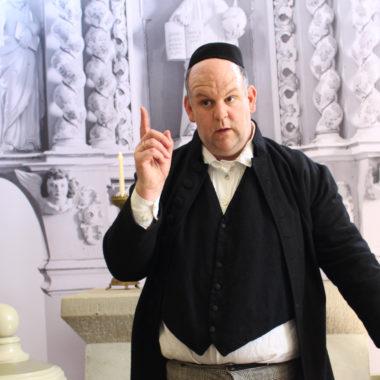 Pfarrer Grabe in der Kirche aus Kohlgrund
