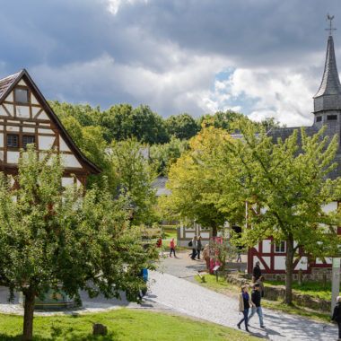 Blick auf den Dorfplatz in der Baugruppe Mittelhessen aus Richtung Nordhessen