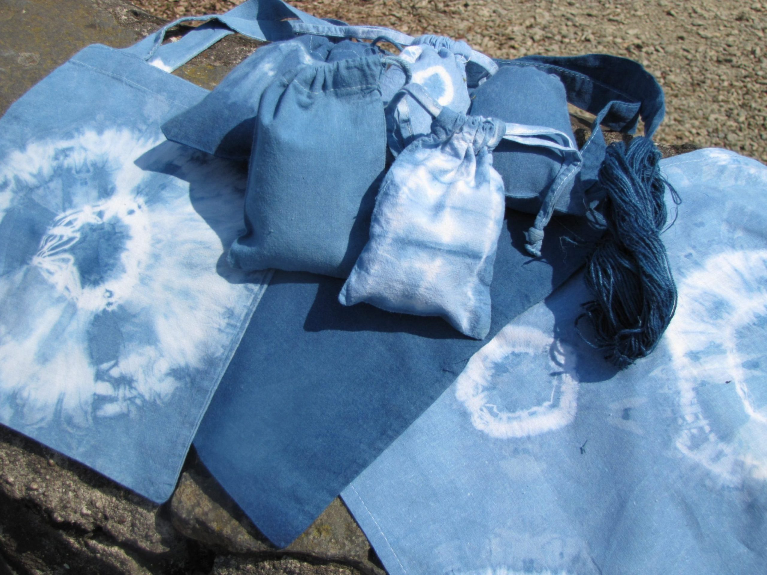 Kleine Taschen und Säckchen nach dem Blaufärben