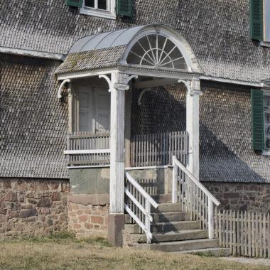 Außenansicht des Eingangsbereich des Gutshauses aus Solms