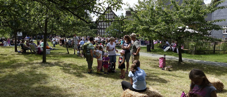 Förderkreismitglieder beim Picknick im Sommer