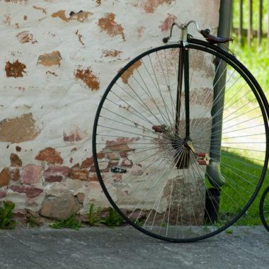 Zweirad lehnt an einer Hausmauer