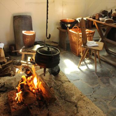 Innenaufnahme mit brennender Feuerstelle im Haus aus Frankenbach