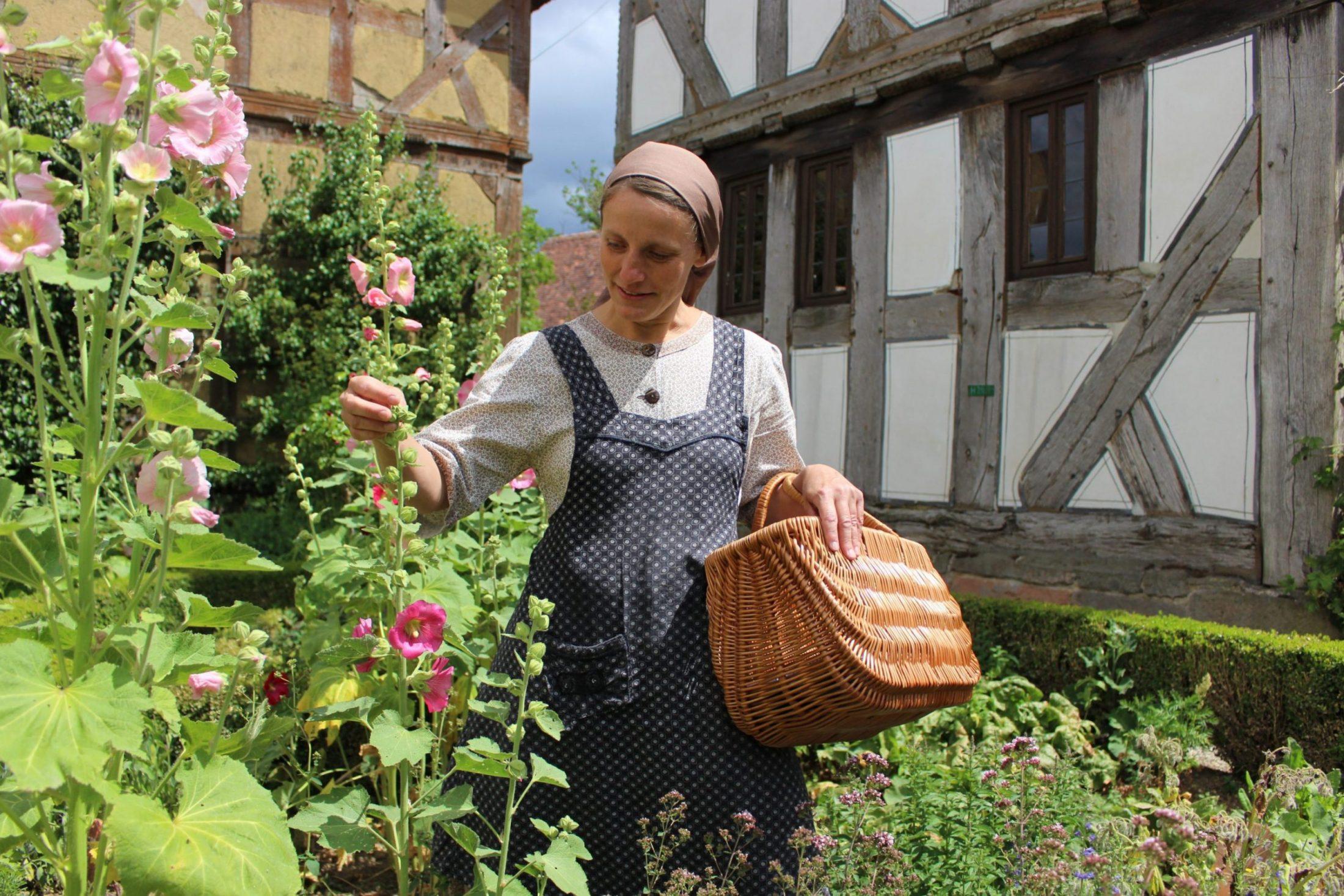 Frieda Sommer im Bauerngarten