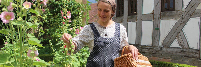 Historische Hausfrau im Garten