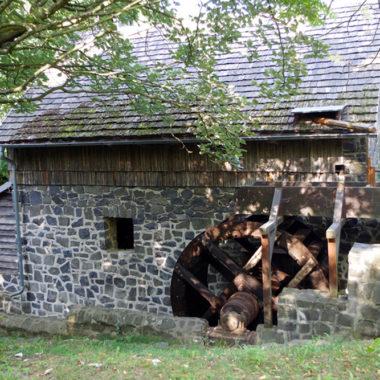Mühlrad an der Gebäuderückseite des Hammerwerks