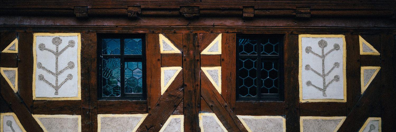Außenwand mit zwei Fenstern des Hauses aus Frankenbachn
