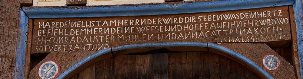 Kunstvoller Türstock mit Inschrift am Haus aus Ostheim