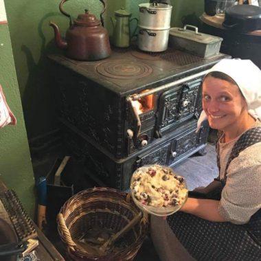 Historisches Hausfrau mit süßem Auflauf