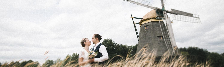 Hochzeitspaar im Feld vor der Windmühle Borsfleth