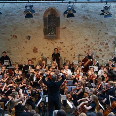 Das Jugendsinfonieorchester Hochtaunus beim Konzert auf der Freilichtbühne