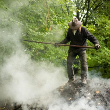 Köhler auf dem schwelenden Kohlenmeiler