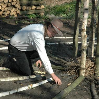 Köhler beim Aufbau des Kohlenmeilers