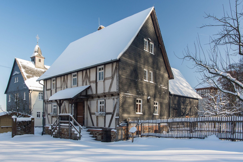 Das Haus aus Eisemroth im Schnee