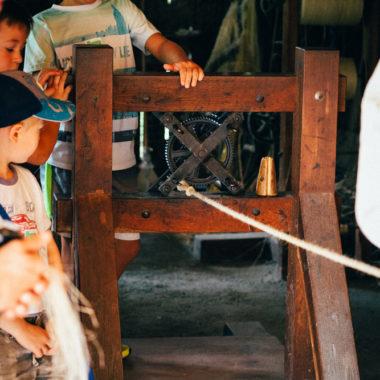 Kinder schauen bei der Seilherstellung zu