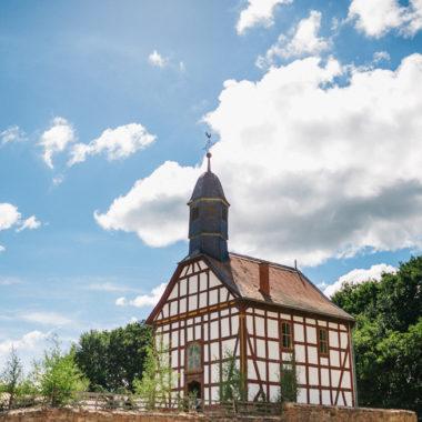 Kirche aus Ederbringhausen vor blauem Himmel