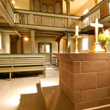 Blick auf die Empore in der Kirche aus Ederbringhausen