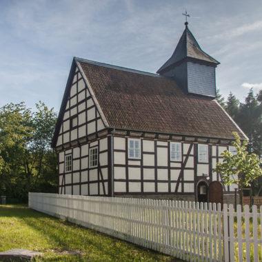 Kirche aus Kohlgrund im Sommer