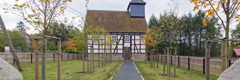 Kirche aus Kohlgrund im Herbst