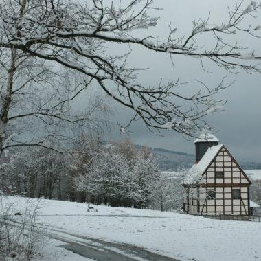 Blick auf die Kirche aus Kohlgrund in der verschneiten Baugruppe Nordhessen