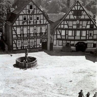 Marktbrunnen von Schlitz mit wasserholenden Frauen und Kindern.
