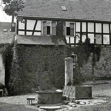 Öffentlicher Brunnen mit zusätzlichem Waschplatz.