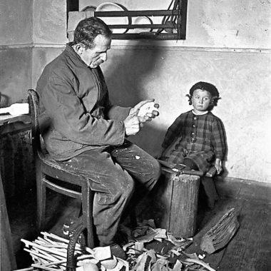 Löffelschnitzer mit seiner Tochter.