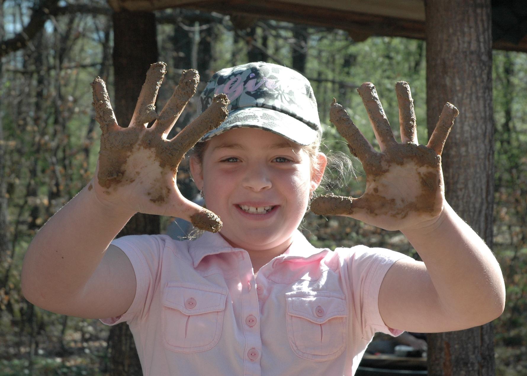 Kind beim Lehmbau